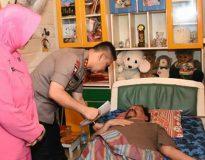 Kapolda Jambi besuk anggotanya yang terbaring sakit
